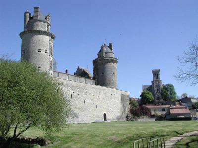 Apremont vendee les 2 tours du chateau et l eglise 304